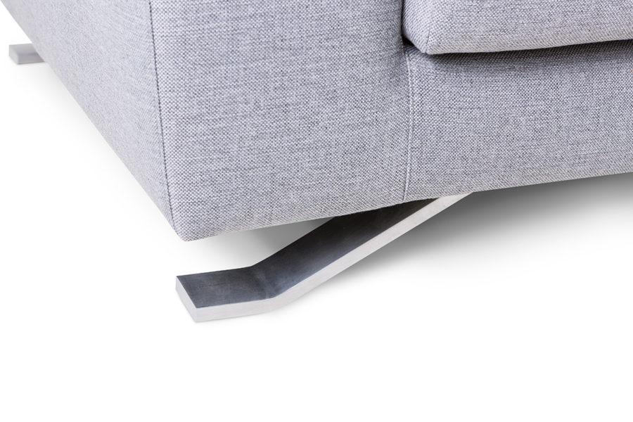 Anche i piedini del divano vogliono la loro parte!
