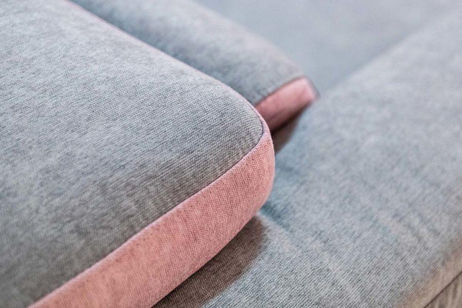 Pulire il divano in tessuto: quando può bastare una passata di spugna con acqua